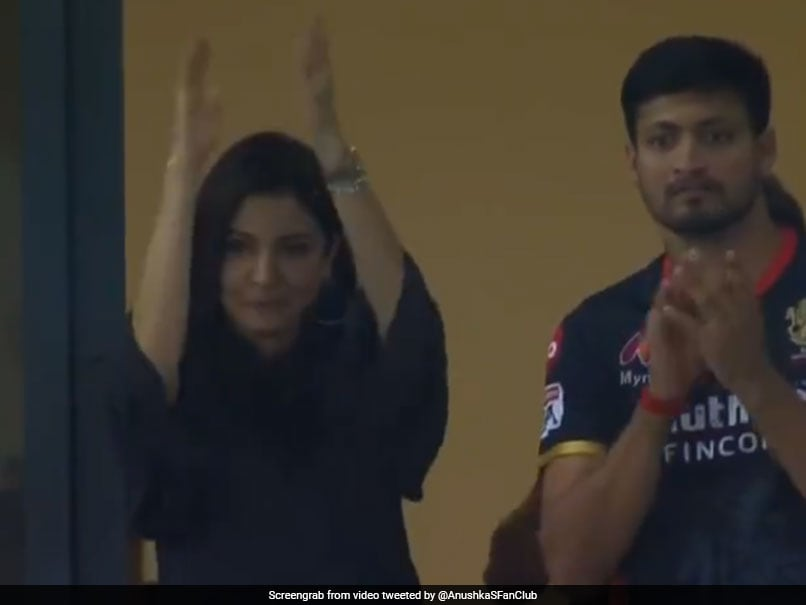 IPL 2020, CSK vs RCB: Anushka Sharma Cheers For Virat Kohli After RCB Skipper Hits Unbeaten 90 vs CSK. Watch