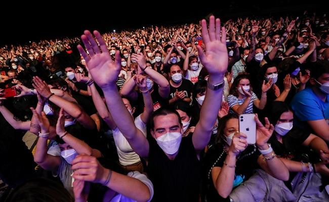 Thousands Throng Barcelona Rock Concert After Rapid COVID Tests