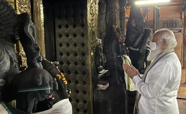 Wearing Veshti, PM Modi Offers Prayers At Meenakshi Amman Temple