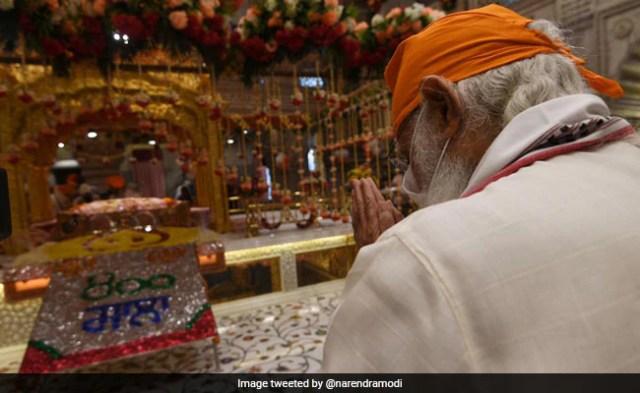 PM Modi Pays Tribute To Guru Teg Bahadur At Delhi's Sis Ganj Gurudwara On 400th Parkash Purab