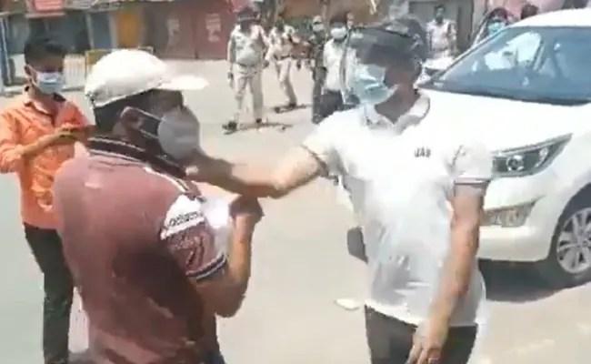 वीडियो: छत्तीसगढ़ में दवा खरीदने जा रहे शख्स को पुलिस ने पीटा