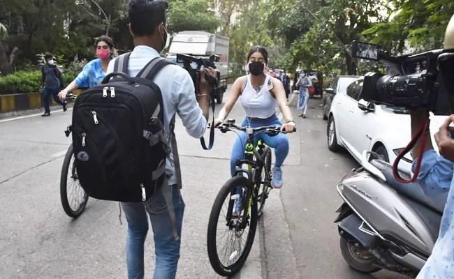 जान्हवी और ख़ुशी कपूर, मुंबई में साइकिल चलाते हुए, पपराज़ी से रास्ता बनाने के लिए कहें: 'रास्ता, कृपया'