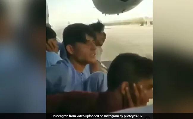वीडियो: भागने के लिए बेताब, अफगान पुरुषों ने उड़ान भरने वाले विमानों पर लटकाया