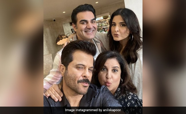 What's Special About This Pic Of Anil Kapoor, Maheep, Arbaaz Khan And Farah? The 'AK Pout'