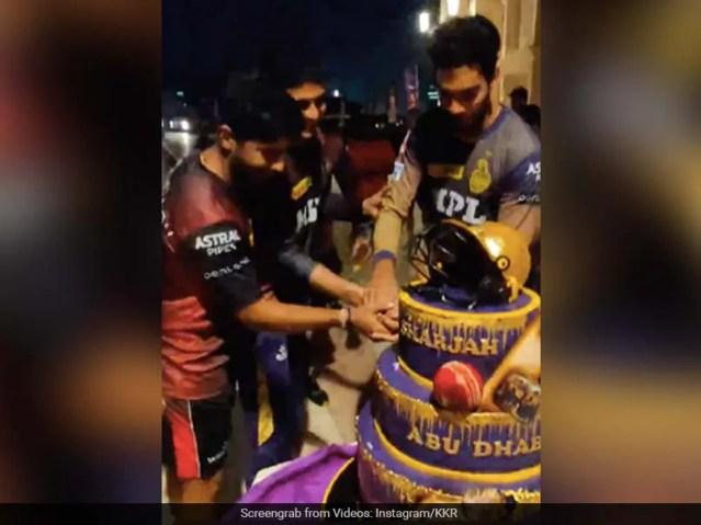 देखें: कोलकाता नाइट राइडर्स के खिलाड़ी एक विशाल केक के साथ आईपीएल 2021 के फाइनल में पहुंचने का जश्न मनाते हैं