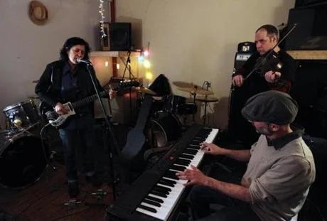 Thalia Zedek (right) and her band (from left): Dave Norton, David Michael Curry, Winston Braman, Mel Lederman.