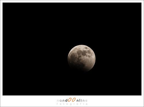 Start van de maansverduistering in 2008. Brandpunt 400mm op 1,6crop camera. Digitaal nog extra 25% gecropt. (ISO100, f/10, 1/250sec)