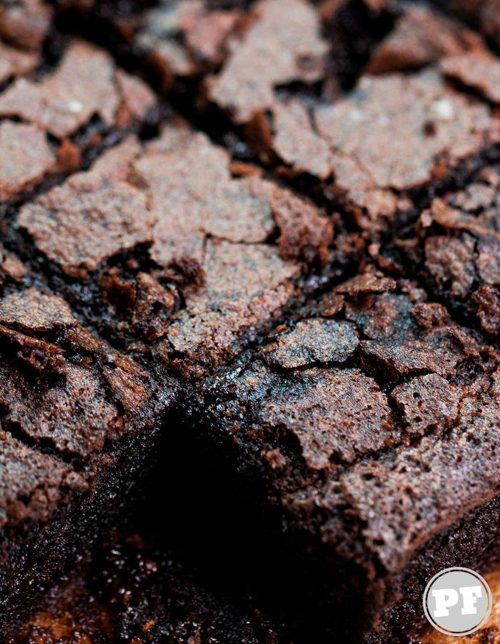 Mochi Brownie: Bolo de Chocolate com Farinha de Arroz Glutinoso por PratoFundo.com