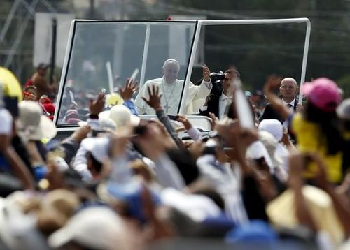Casi un millón de fieles reciben al Papa para megamisa en Quito