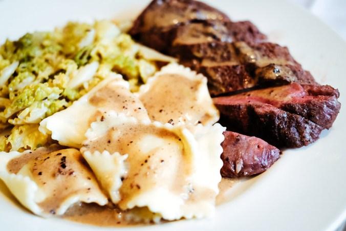 Reerug met jeneverbes-roomsaus (en ravioli met knolselderij met truffel en gestoofde savooiekool)