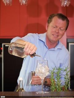 Manuel Wouters laat ons zien hoe je een perfecte Lindemans Clear Gin & Tonic maakt