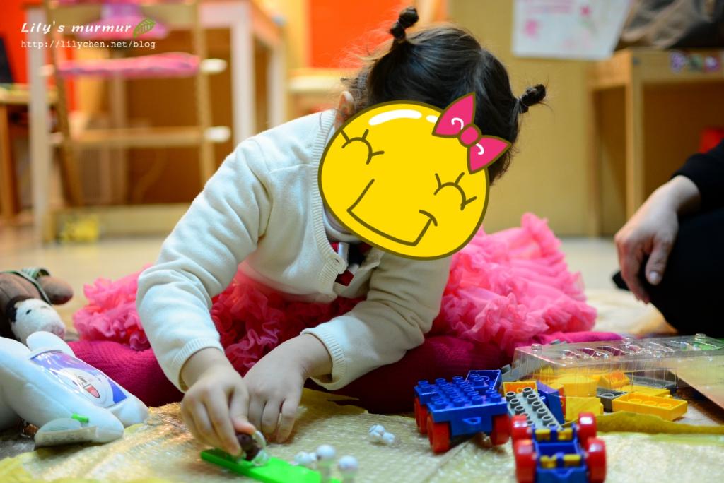 小妮正在玩Line公仔,她很喜歡小公仔呢。