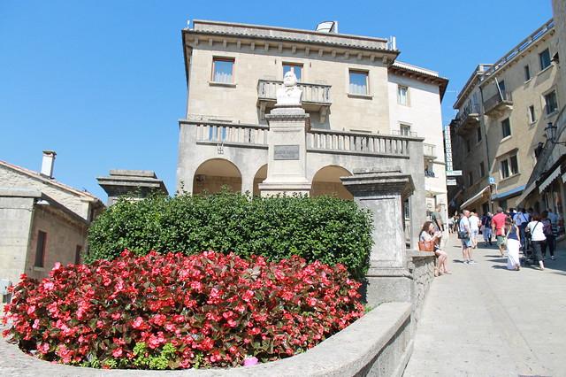 Busto de Garibaldi en un cruce de calles en San Marino