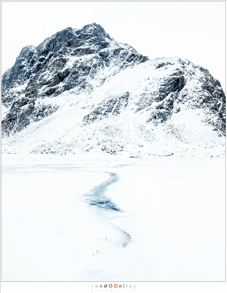 Bijna verborgen onder de sneeuw, de weg van het water door een dal van detail ontbeert. Eenvoud. Lofoten 2017 - part 2