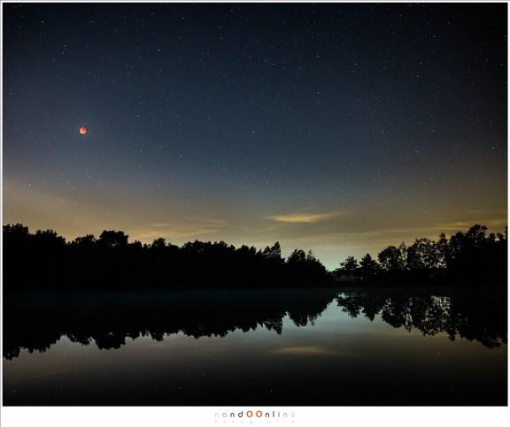Een dubbele opname van de Bloedmaan in het landschap: een foto van het landschap mèt de verduisterde Maan, die nadien vervangen is door een beter belichte maanschijf. (ISO1600 - f/2,8 - 15sec met 24mm brandpunt voor het landschap)
