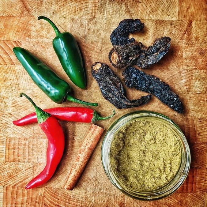 Smaakmakers van de machaca / Mexicaanse pulled beef: jalapeños, chipotle, komijn, kaneel en chili (en oregano, maar niet afgebeeld)
