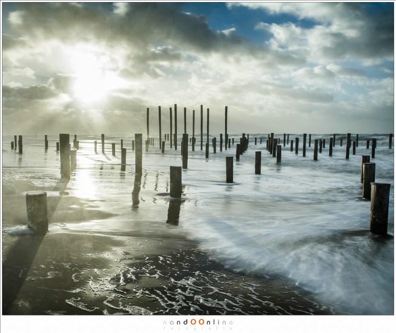 Een felle zon, de plek waar de wind vandaan leek te komen, vol met zand en zeewater; een ware titanenstrijd om objectieven en filters schoon te houden. (24mm - f/8 - ISO200 - t=1,3sec - Haida ND3,0)