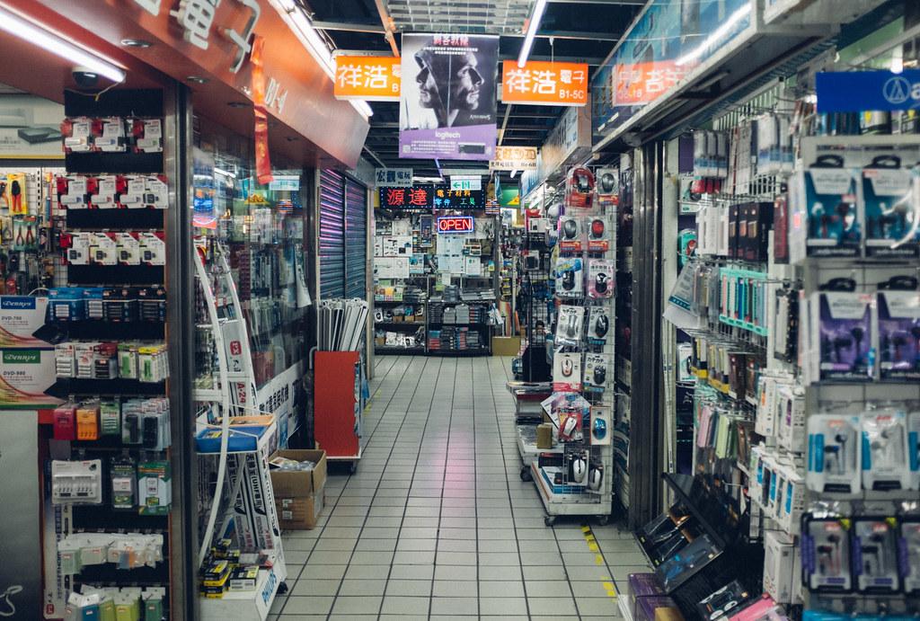De compras en el mercado de la electrónica un día de lluvia