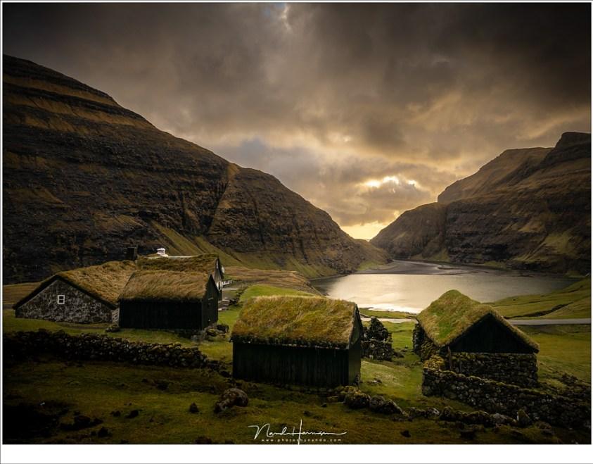 Het gehuchtje Saksun tijdens zonsondergang. Ooit was dit vissersdorp gelegen aan een natuurlijke haven, tot een zware storm het fjord met zand vulde. Nu is het een museumdorp.