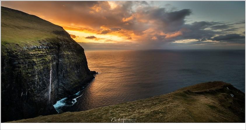 Faeröer eilanden - deel 3, Hoog boven Gjógv,met de Ambadalur vallei achter de volgende klif, kijkend naar de zonsondergang. (16mm   ISO100   f/8   1/50)