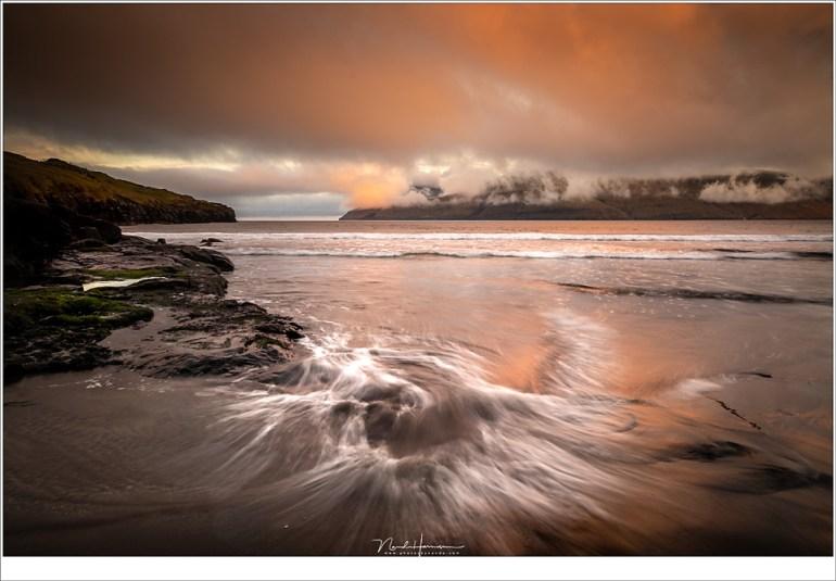 Het was grijs bewolkt op het strand van Leynar, tot er geheel onverwacht tegen zonsondergang een oranje kleur in de wolken verschijnt. (23mm | ISO200 | f/11 | 0,5sec | grijsverloopfilter)
