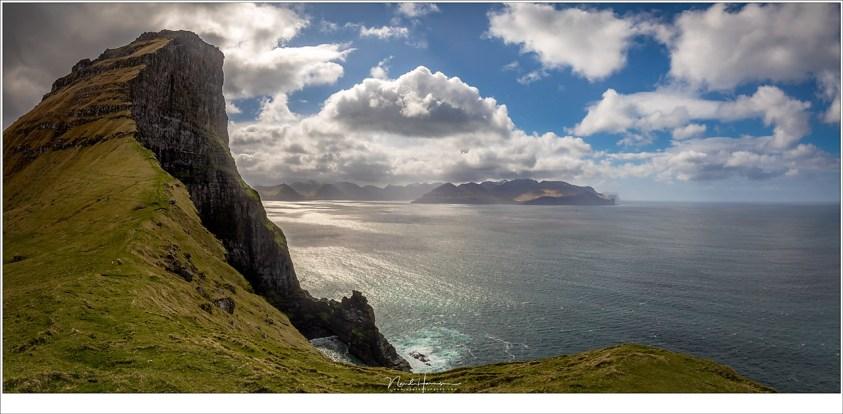Faeröer eilanden - deel 3, Het uitzicht vanaf de vuurtoren op Kalsoy. Dit panorama doet het indrukwekkende van deze plek geen recht. Zoek het schaap in de foto en krijg een idee van perspectief. (2x 16mm   ISO200   f/11   1/250)