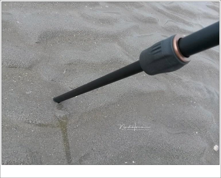 Vooral bij nat zand, maar ook bij modder, willen statieven wel eens wegzakken. Blijf hier altijd alert op want dit kan een statief uit balans brengen waarna het om valt.