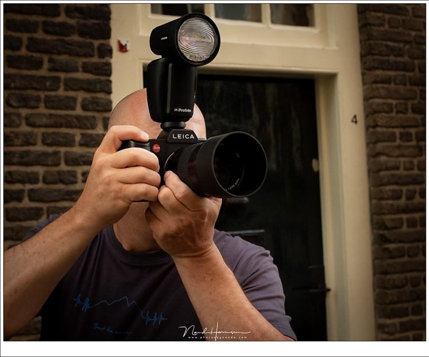 De Leica SL ligt heerlijk in de hand, als je eenmaal aan de stilistisch strakke vormgeving gewend bent. De Profoto A1 flitser heb ik gebruikt als remote trigger.