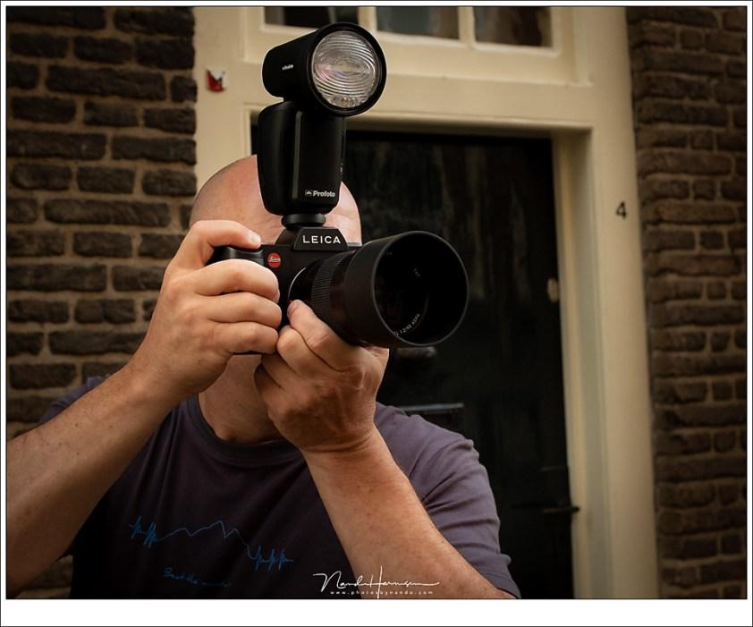 Een foto voor de review van de Leica SL, met een Profoto A1 flitser gemonteerd om deze als remote trigger te gebruiken. (foto: Hetwie)