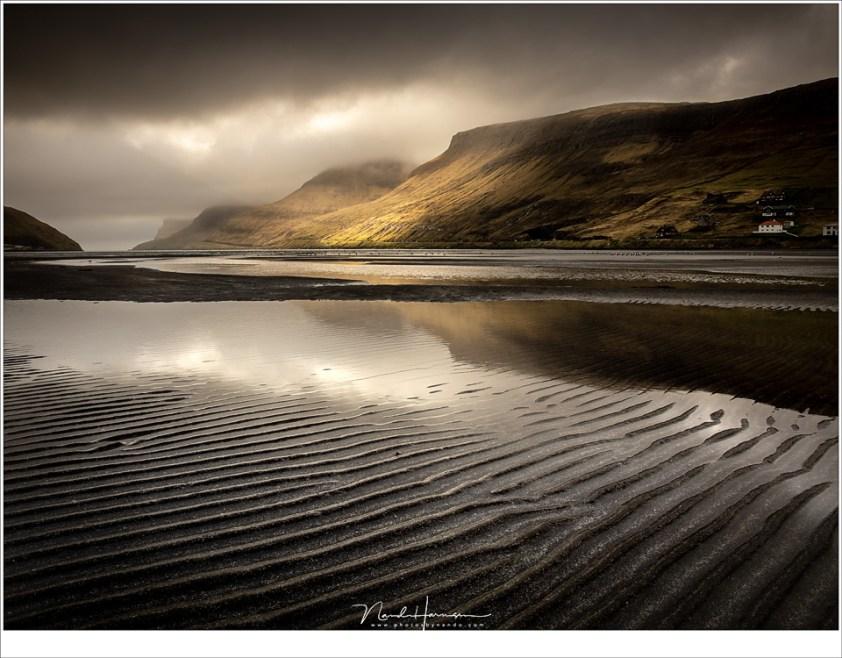 Faeröer eilanden - deel 1, De baai van Sørvágur tijdens eb, op de aankomstdag tijdens zonsondergang. Een moment dat ik voor geen goud had willen missen.