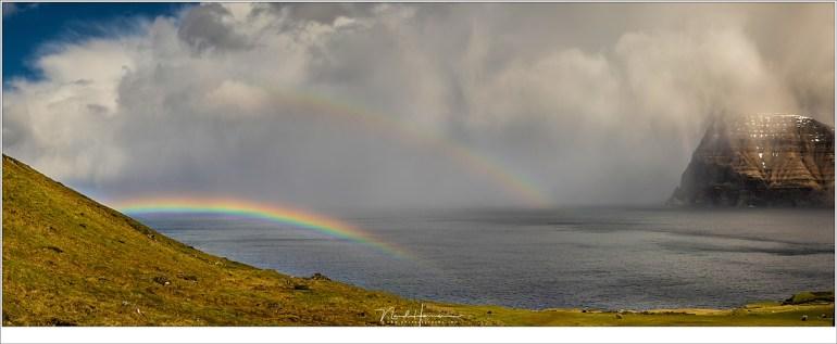 Op het ene eiland kan het regenen, en op het andere eiland kan het droog zijn. Terwijl het eiland Kunoy gehuld was in regenwolken, konden we vanaf Kalsoy genieten van een heerlijke zon en prachtige regenboog. Maar ook hier regende het zo nu en dan.