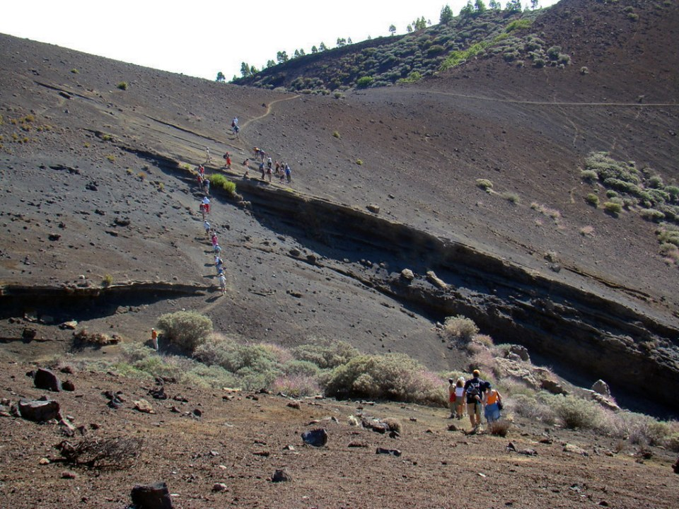 La Calderilla crater volcanico Isla de Gran Canaria senderistas 06
