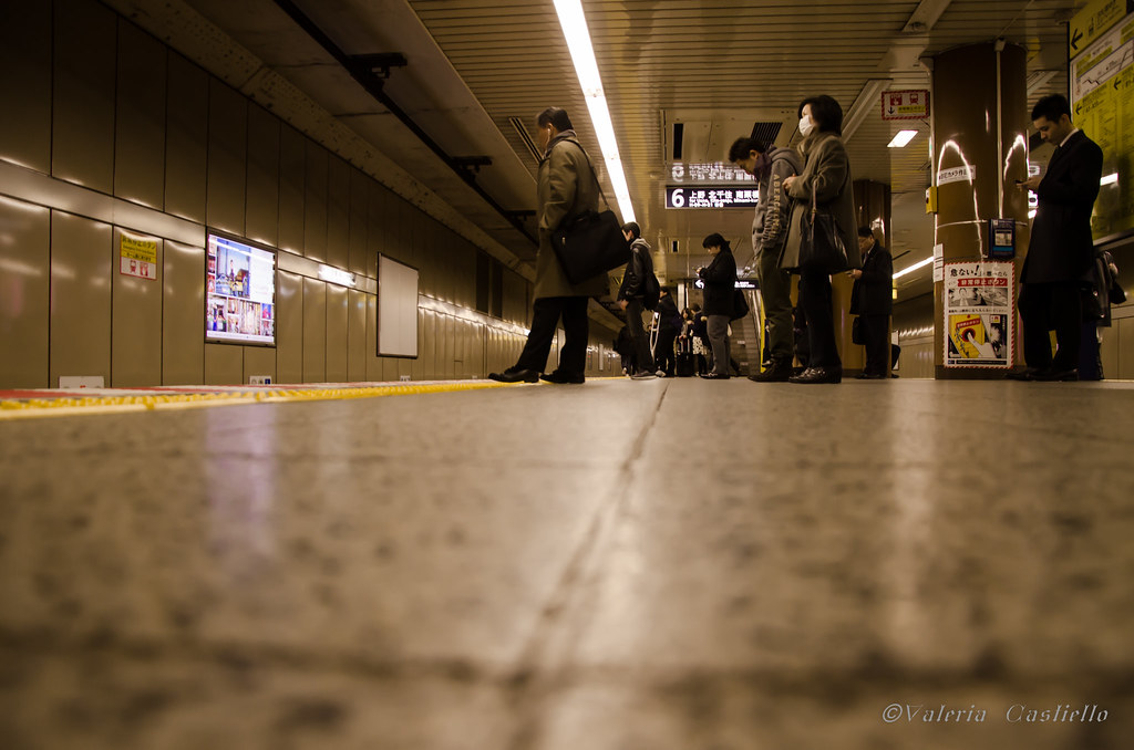 La metro di Tokyo: mascherine anti-contagio e pulizia estrema