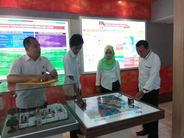 Petugas RPP 'Punakawan' Menunjukkan Cara Memainkan Game Pemilu
