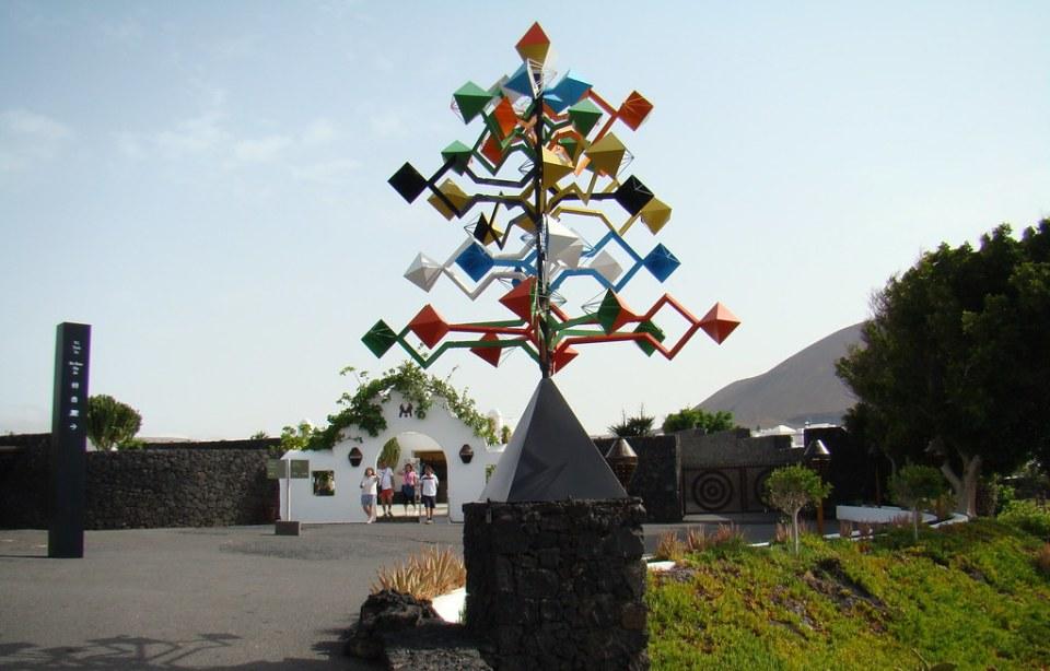 escultura Energia de la piramide serie Juguetes del viento 1990-91 tecnica: Acero pintado Fundacion Cesar Manrique Lanzarote 03