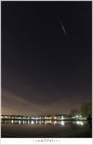 Een dubbele iridium flare. Ze kunnen zo helder zijn dat ze duidelijk vanuit een stad te zien zijn. (15mm - ISO1000 - f/5,6 - t=5x 15 sec gestacked)