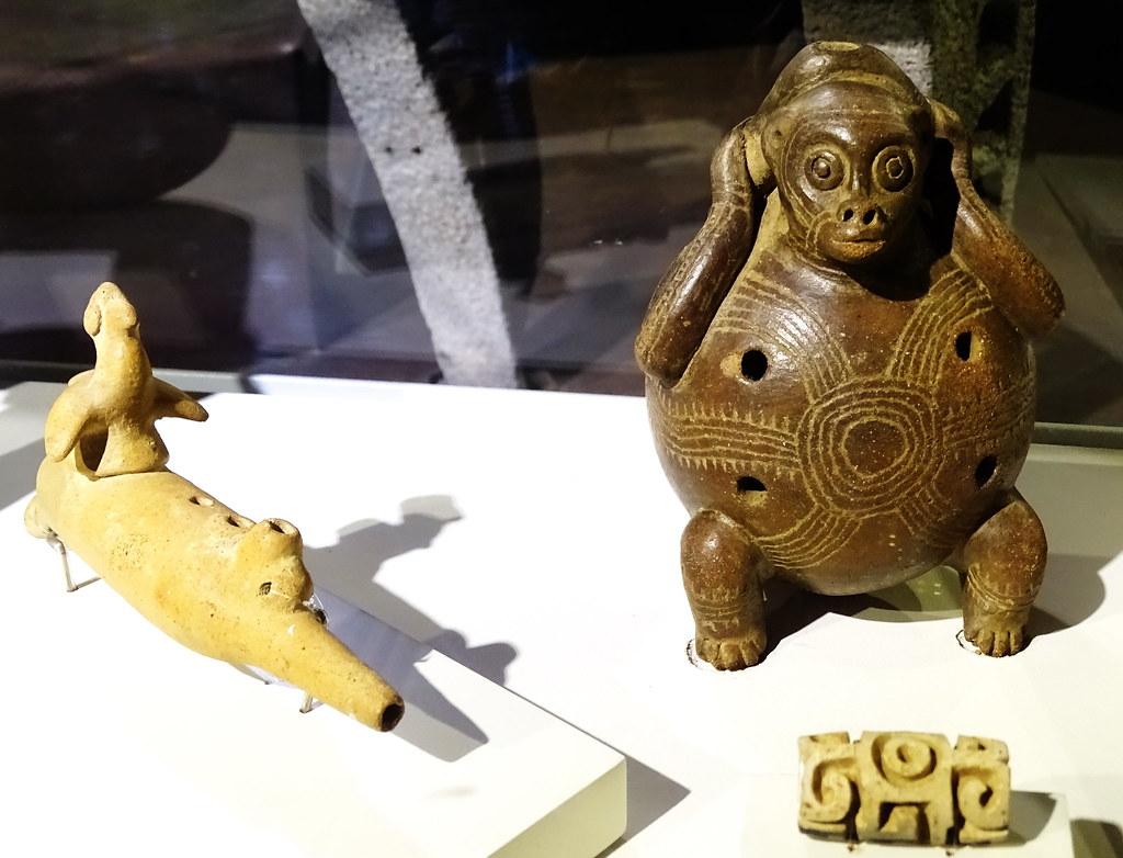 Sello Ocarina instrumento musical Figura animal y humana ceramica Museo Banco Central San Jose Costa Rica 08