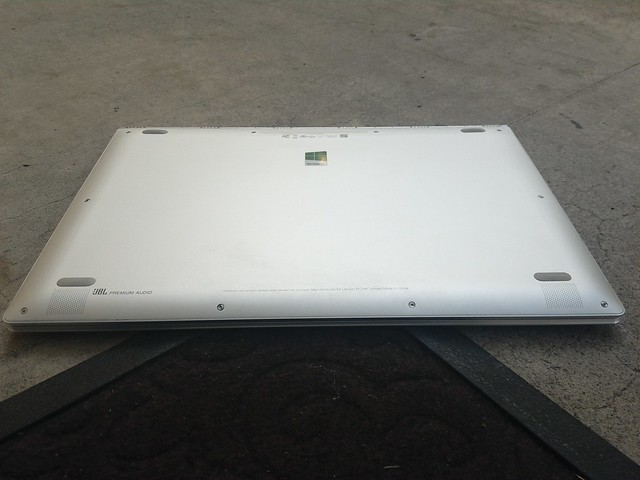 Lenovo Yoga 910 - Bottom