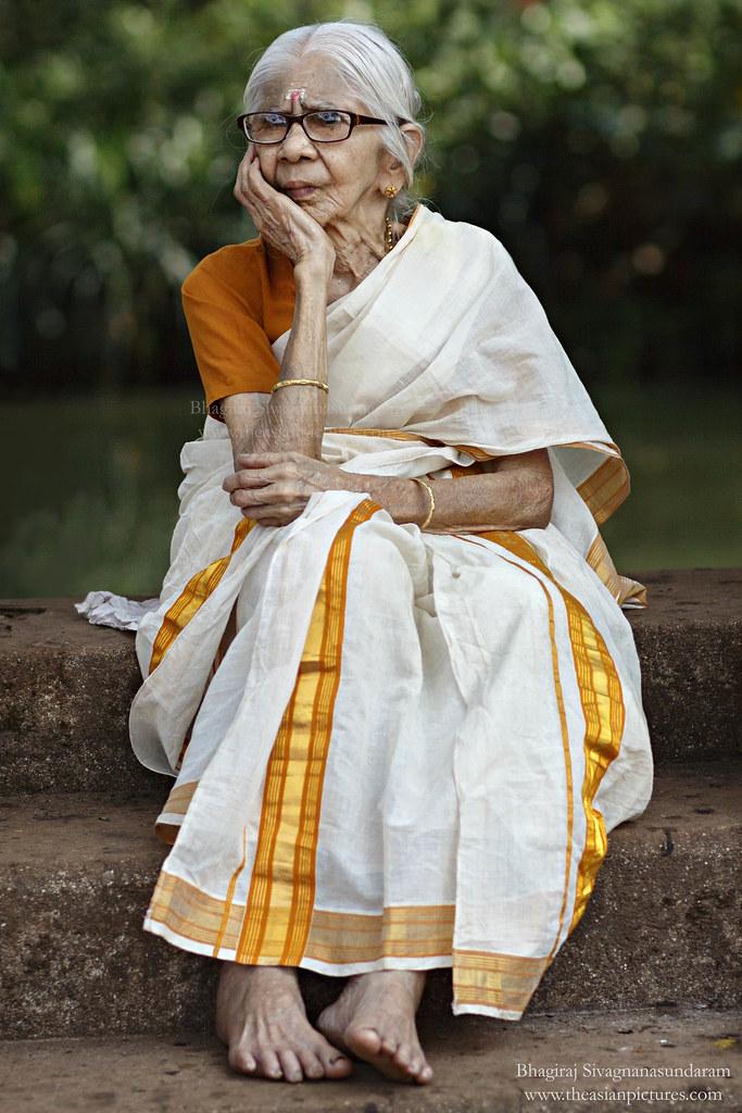 Kerala Old Lady A Kerala Woman Sitting Near The Pond At