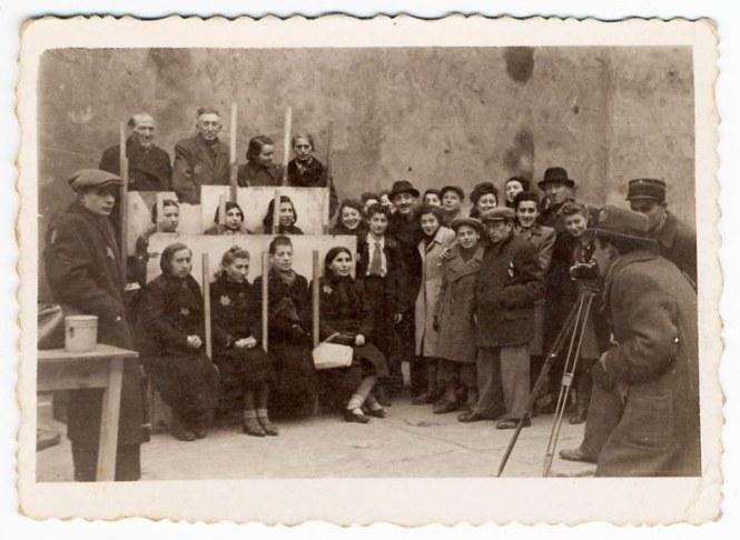 holocaust-lodz-ghetto-photography-henryk-ross-4-58e205b8109f7__880