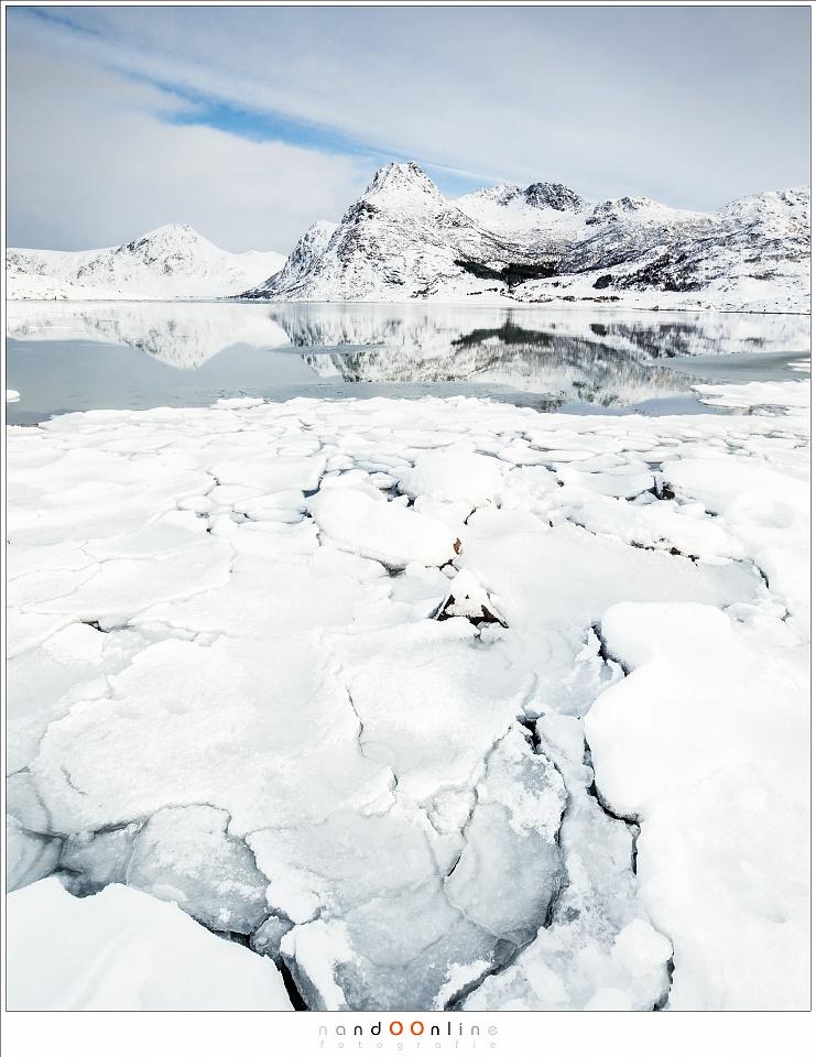 Kruiend ijs op het water van Flakstadpollen, Lofoten 2017 - part 1