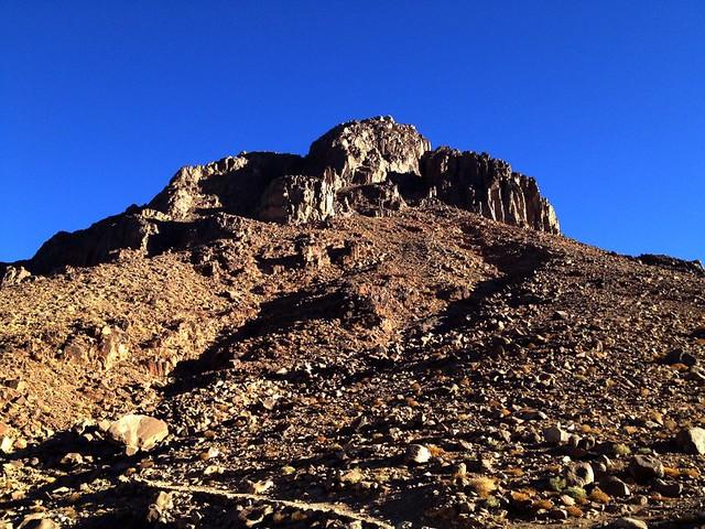 Η κορυφή του Μωυσή από τον δρόμο προς την κορυφή της Κατερίνας στο ορος σινα