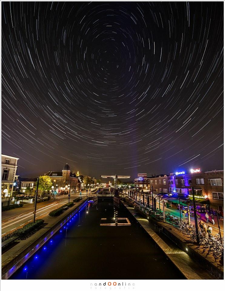Sterrensporen in het centrum van Helmond. In totaal waren 560 opnamen nodig om deze foto te creëren. Let op de vervorming van de cirkels rond de poolster. Dit is een effect van ultra-groothoek (Laowa 12mm f/2,8 zero-D op Canon EOS 1Dx - f/5,6 - ISO1600 - t= 560x 5sec (totaal 46min en 40sec)
