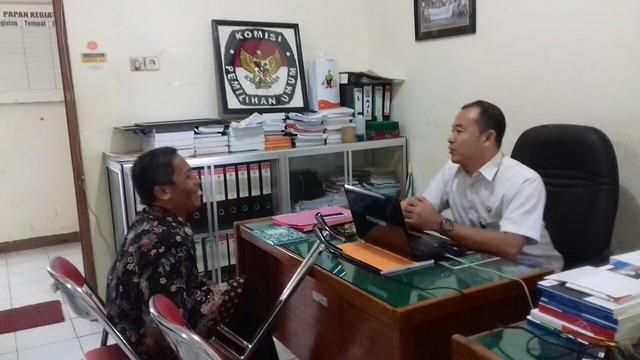 Didik (kiri) saat berbincang dengan staf Subbag TP & Hupmas David Hartanto (9/3)