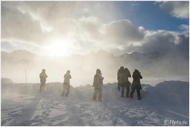Een groepje fotografen in de sneeuw. Helemaal links staat Nando.