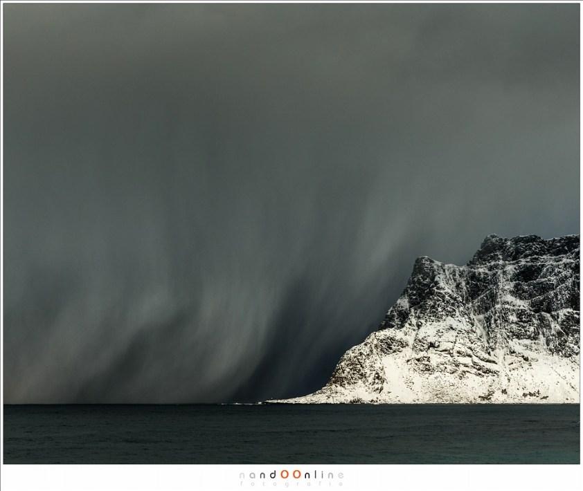 Een sneeuwstorm in aantocht bij het strand van Uttakleiv, Lofoten 2017 - part 1