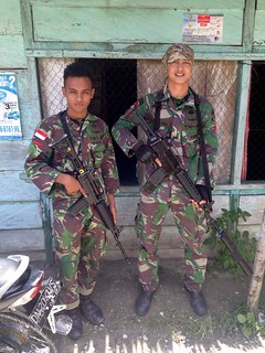 indonesian soldiers fighting against terrorists in sulawesi