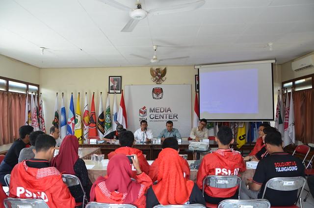 Pengurus DPD PSI saat audiensi pendaftaran parpol peserta pemilu di kantor KPU Tulungagung (20/4)
