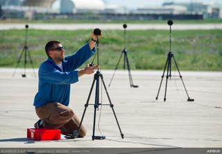 Equipos de medición en tierra de niveles de contaminación acústica para certificación tipo del A350-1000 en la Base Aérea de Morón de la Frontera (Sevilla)-España