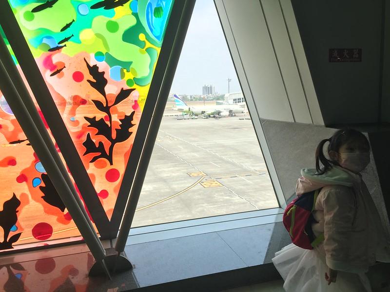 偷偷一撇窗外的飛機 嗯,不是樂桃